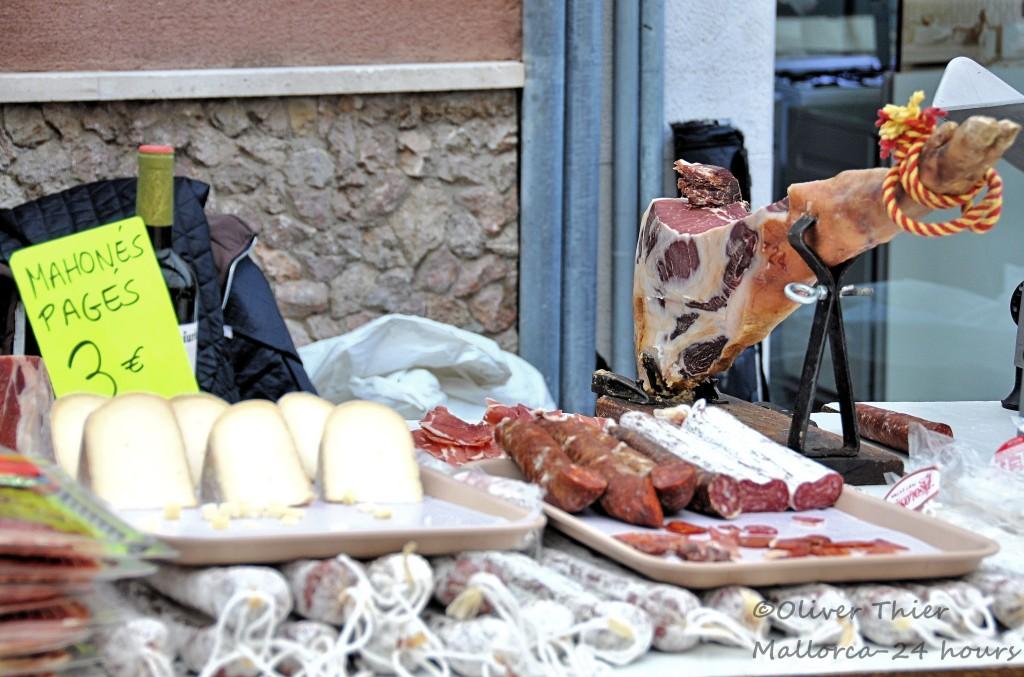 Frischer Schinken und Käse auf Märkten in Mallorca