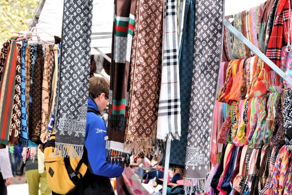 Kleidung und Schals auf Markt Mallorca Sineu